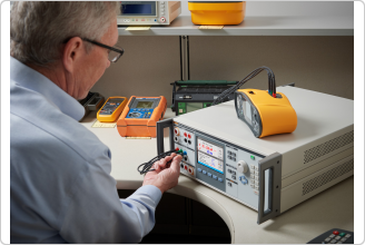 Fluke 5322A Calibrating an Electrical Safety Tester